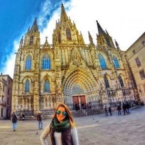 Localizada no Bairro Gótico de Barcelona, onde também estão presentes as famosas muralhas romanas